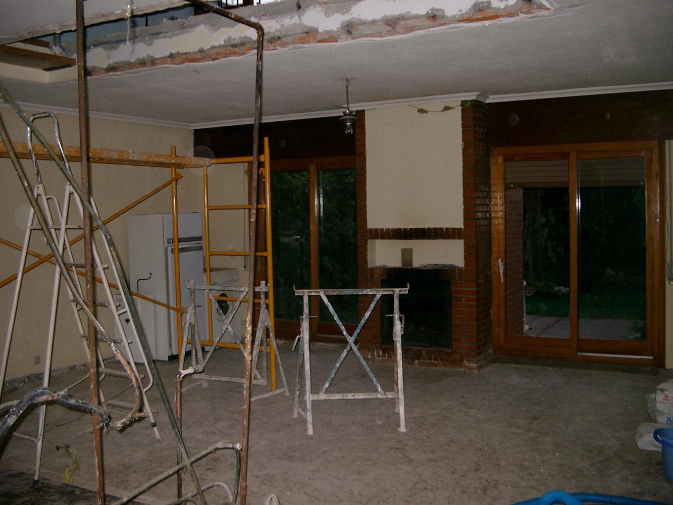 Espacio del salón tras la demolición de la tabiquería previo a la reforma,cubrición del tendedero y cierre del paso entre garaje y vivienda